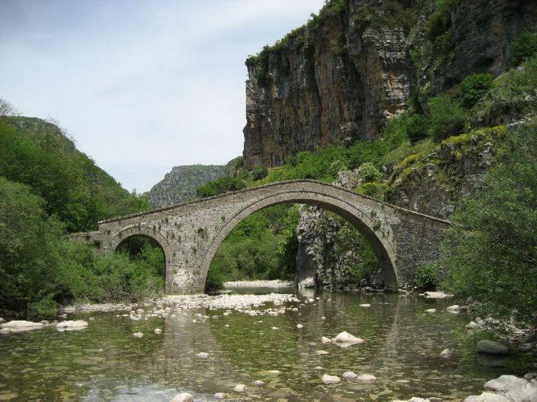 Κατέστρεψαν ιστορικό γεφύρι στο Ζαγόρι  για να βρουν χρυσό | tanea.gr