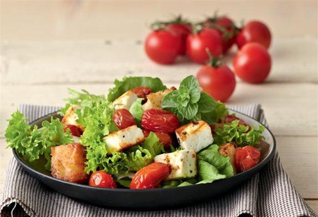Σαλάτα μαρούλι με κοτόπουλο, ντοματίνια, πράσινο μήλο και καρύδια | tanea.gr