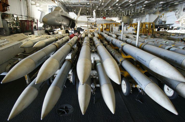 Στο 1,7 τρισεκατομμύρια δολάρια οι στρατιωτικές δαπάνες παγκοσμίως | tanea.gr