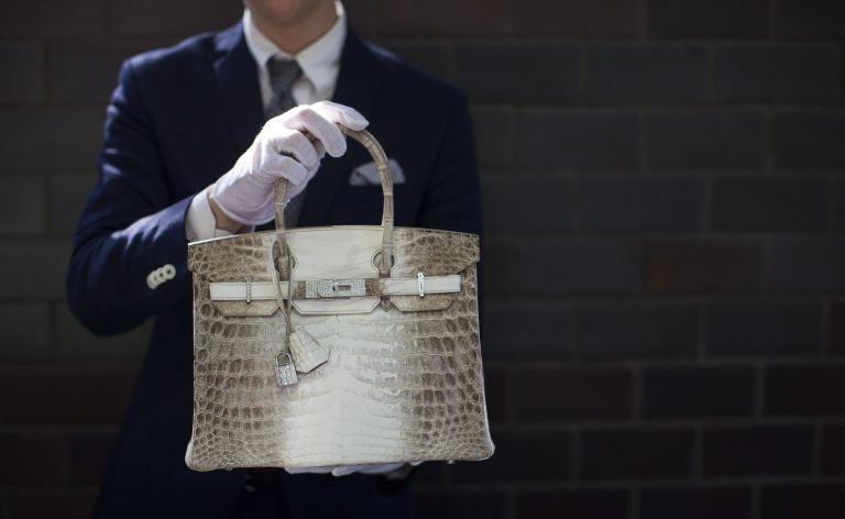 Μεταχειρισμένη τσάντα του οίκου Hermes πουλήθηκε σε δημοπρασία περίπου 185.000 € | tanea.gr