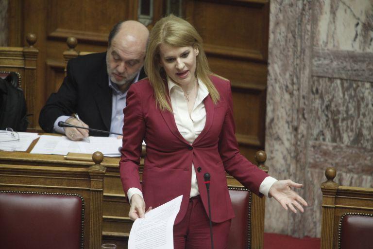 Επιτέθηκαν φραστικά στη βουλευτή του ΣΥΡΙΖΑ Θ. Τζάκρη   tanea.gr