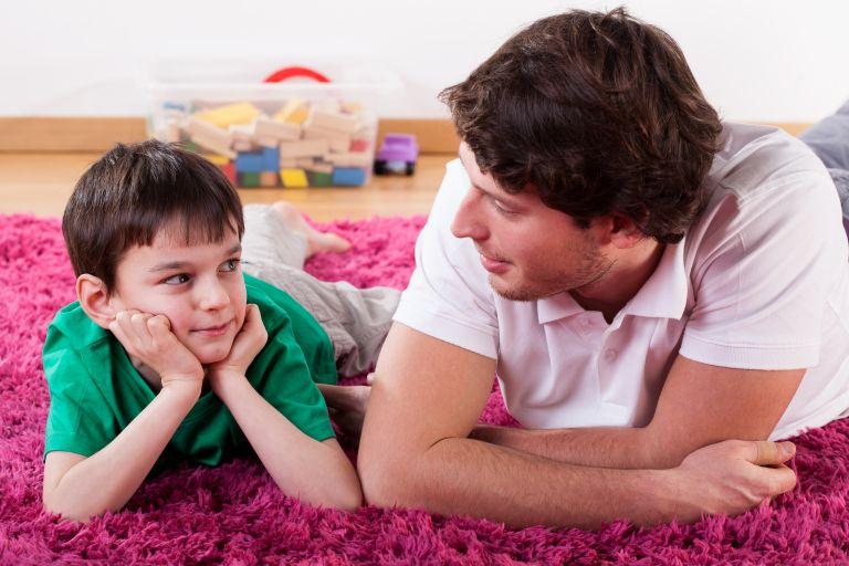 Πως ένας πολυάσχολος άνδρας μπορεί να είναι και καλός πατέρας | tanea.gr