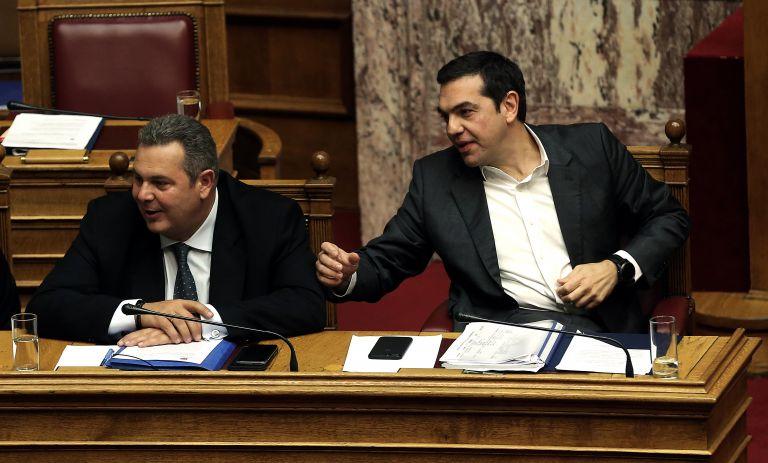 Η κυβέρνηση καταρρέει και ανασύρει τα «φαντάσματα» αποστασίας | tanea.gr