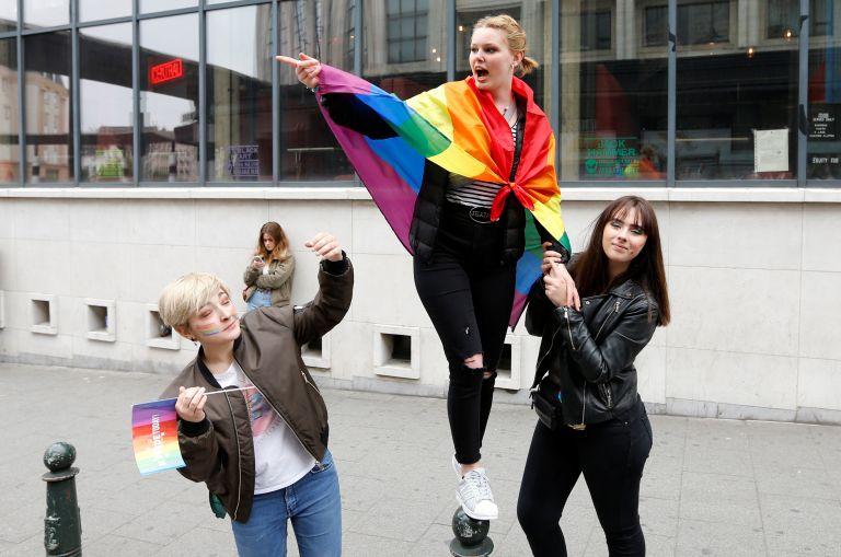 Σάλος στην Ιταλία: «Οι ομοφυλόφιλες οικογένειες δεν υφίστανται» | tanea.gr