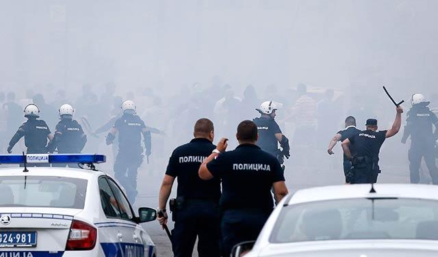 Συμπλοκές μεταξύ οπαδών του Ερυθρού Αστέρα και της Παρτίζαν   tanea.gr