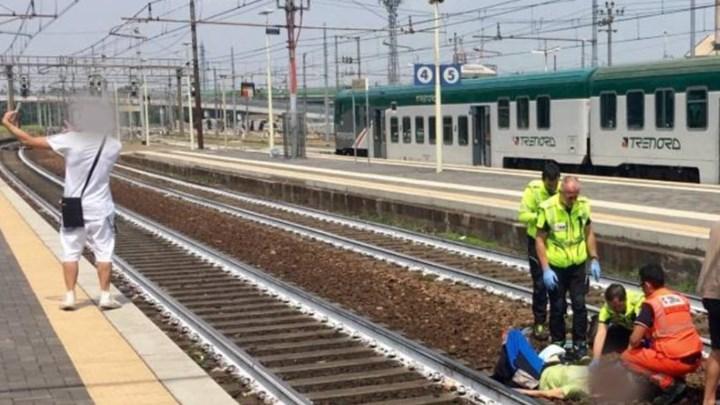 Ιταλία: Οργή με τη σέλφι νεαρού με φόντο γυναίκα που τη χτύπησε τρένο | tanea.gr