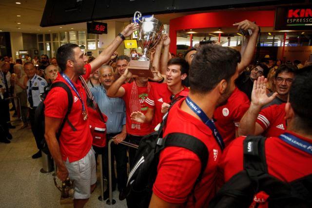 Αποθέωσαν τους παίκτες του Ολυμπιακού στο αεροδρόμιο | tanea.gr