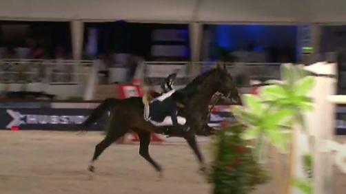 Ατύχημα για την Αθηνά Ωνάση – Επεσε από το άλογο | tanea.gr