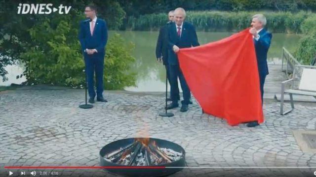 Πρόκληση του προέδρου της Τσεχίας με… κάψιμο εσωρούχου | tanea.gr