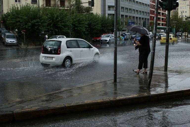Κινδύνεψαν οδηγοί από την νεροποντή στον Ασπρόπυργο | tanea.gr