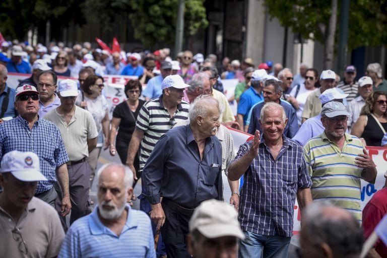 Συγκέντρωση συνταξιούχων στην πλατεία Κοτζιά | tanea.gr
