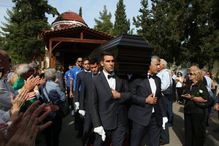 Συγκίνηση στο τελευταίο «αντίο» του Κώστα Πολίτη | tanea.gr