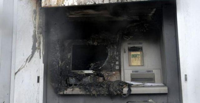 Μπαράζ εμπρηστικών επιθέσεων σε Μηχανήματα Ανάληψης Μετρητών | tanea.gr