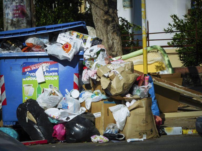 Θα χρειαστούν μέρες για να μαζευτούν οι χιλιάδες τόνοι σκουπιδιών από τους δρόμους   tanea.gr