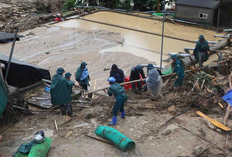 Βιετνάμ: Τουλάχιστον 15 νεκροί εξαιτίας πλημμυρών και κατολισθήσεων | tanea.gr