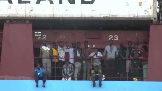 Επιασαν τελικά λιμάνι οι 110 πρόσφυγες στη Σικελία | tanea.gr
