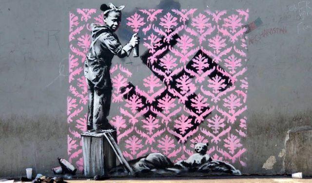 Ο Banksy «χτύπησε» για πρώτη φορά στο Παρίσι με έμπνευση από το Προσφυγικό   tanea.gr