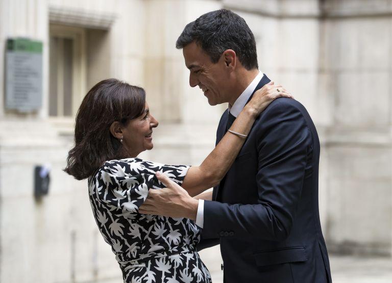 Γοήτευσε τη δήμαρχο του Παρισιού ο Ισπανός πρωθυπουργός | tanea.gr