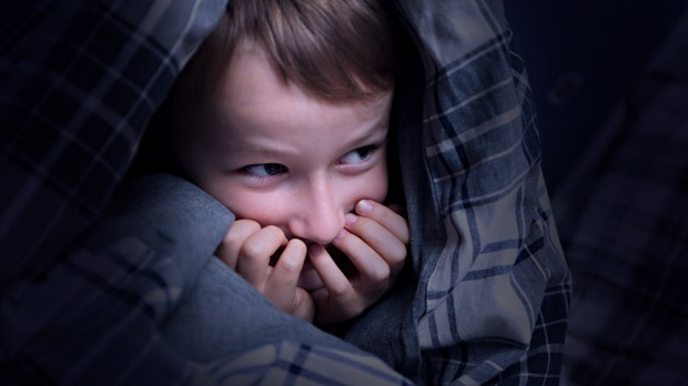 «Μαμά φοβάμαι» – Ο παιδικός φόβος για το σκοτάδι και πώς αντιμετωπίζεται | tanea.gr