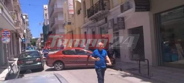 Σε βιτρίνα καταστήματος «καρφώθηκε» ταξί στην Πάτρα | tanea.gr