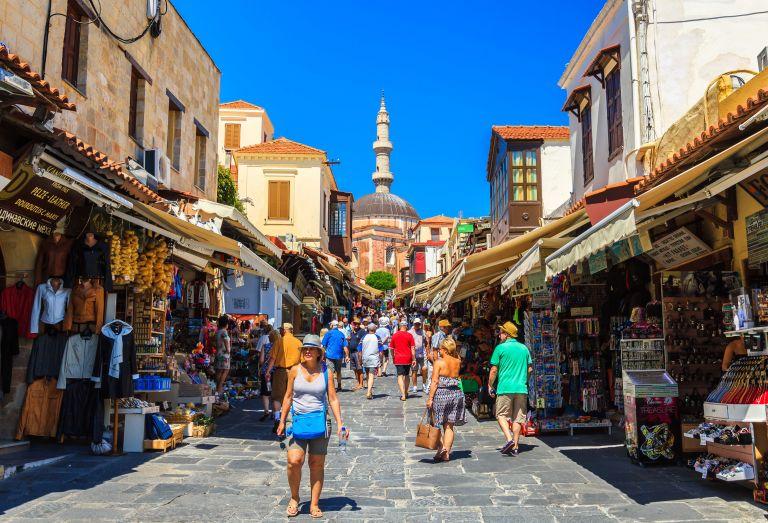 «Απογειώνεται» η τουριστική κίνηση στη Ρόδο | tanea.gr