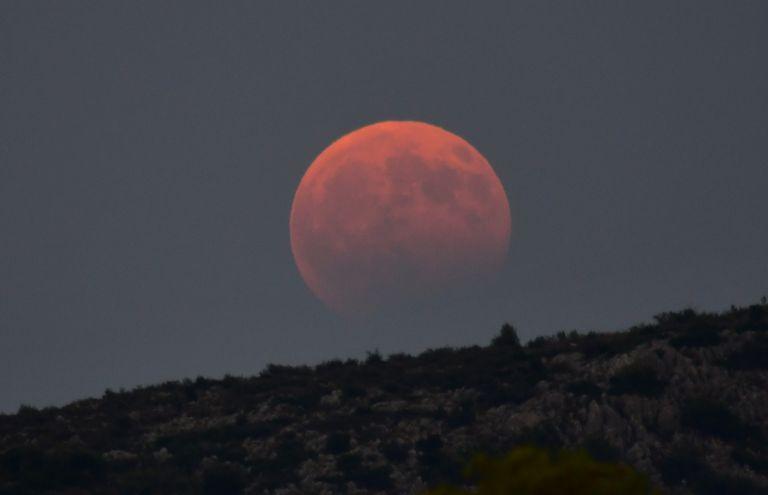 Κόκκινο το φεγγαράκι στη μεγαλύτερη σεληνιακή έκλειψη του 21ου αιώνα | tanea.gr
