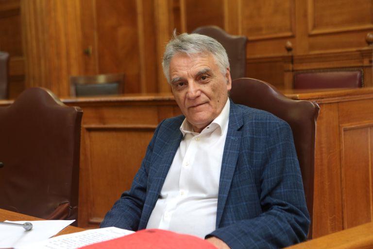 Αποδοκιμασίες κατά Πουλάκη: «Κάτω προδότη, ντροπή σου» (βίντεο) | tanea.gr