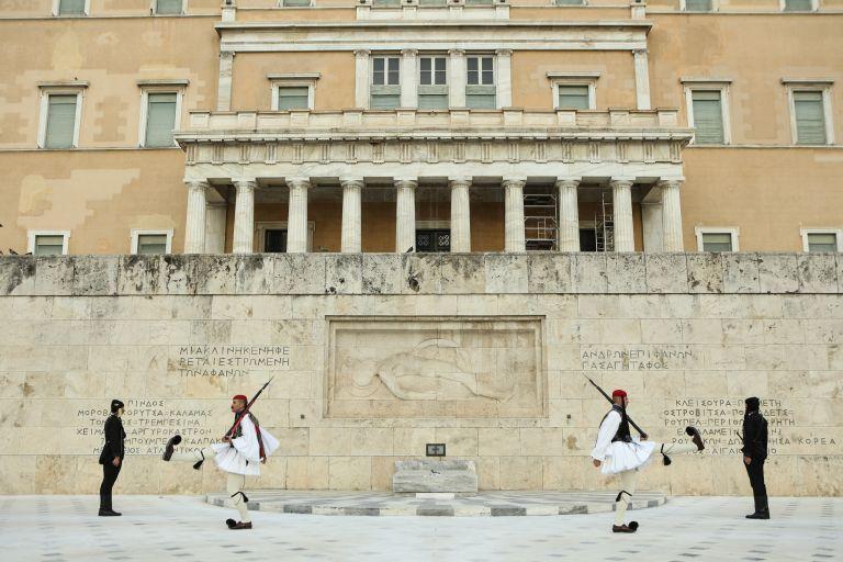 Σύνταγμα: Συναγερμός από ύποπτη βαλίτσα στον Αγνωστο Στρατιώτη | tanea.gr