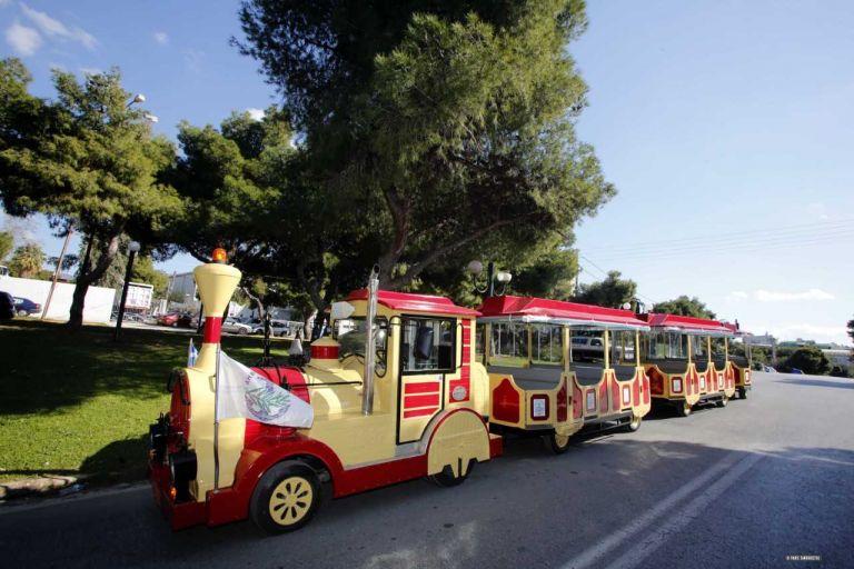Ξεχωριστή βόλτα στη Γλυφάδα με το θρυλικό τρενάκι του Δήμου | tanea.gr