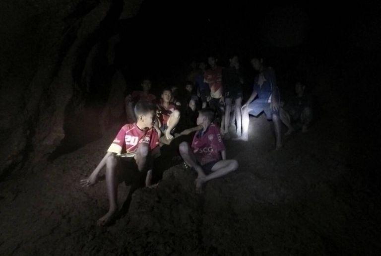 Παγκόσμια συγκίνηση: Τα 12 παιδιά στην Ταϊλάνδη μπορεί να μείνουν στη σπηλιά έως 4 μήνες | tanea.gr