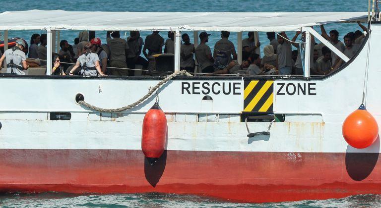 Ιταλία: Εξήντα έξι μετανάστες απείλησαν το πλήρωμα ιταλικού πλοίου | tanea.gr