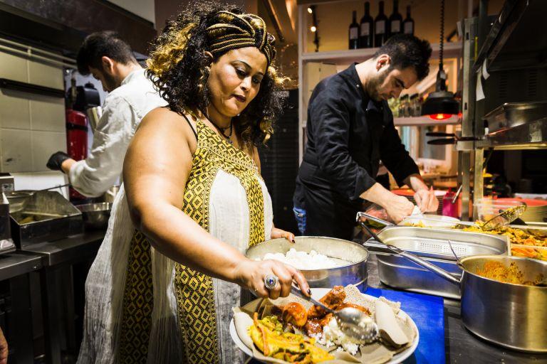 Τέσσερις γυναίκες σεφ μετείχαν στο Φεστιβάλ Μαγειρικής Προσφύγων της Αθήνας | tanea.gr
