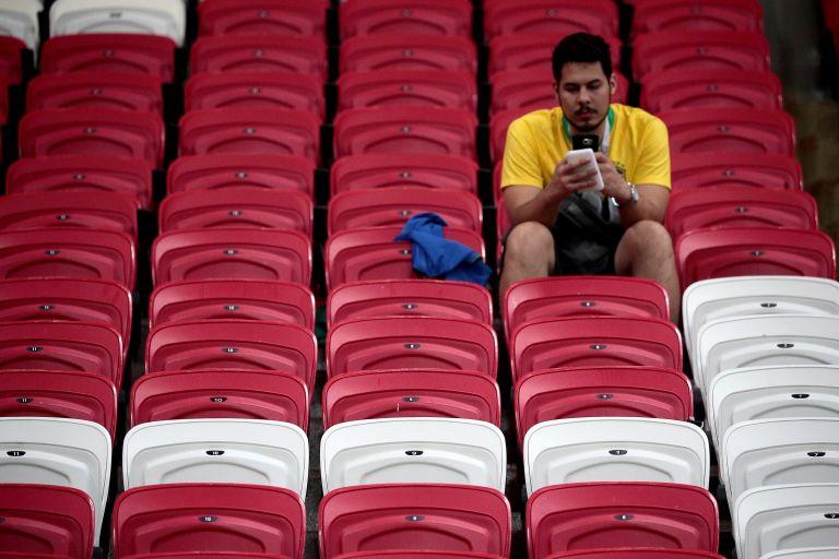 Πήγαν στο θέατρο και παρακολουθούσαν ποδοσφαιρικό αγώνα στα κινητά τους | tanea.gr