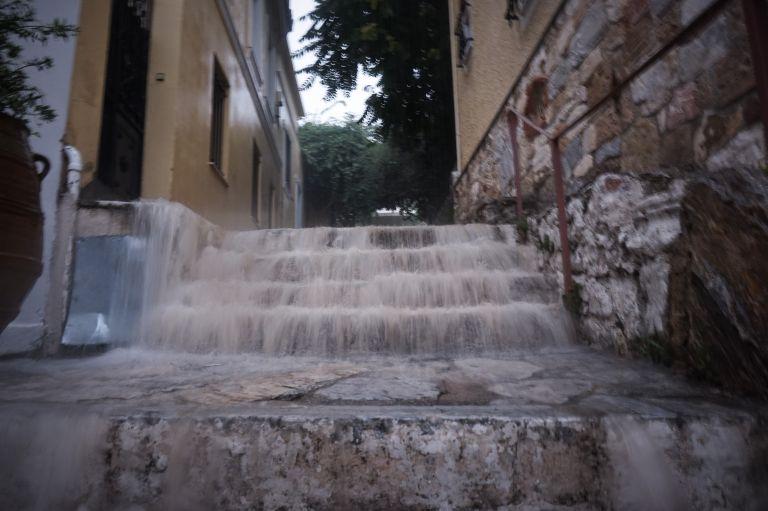 Bροχή διαρκείας στην Αττική – Εκλεισαν δρόμοι, ακινητοποιήθηκαν αυτοκίνητα | tanea.gr