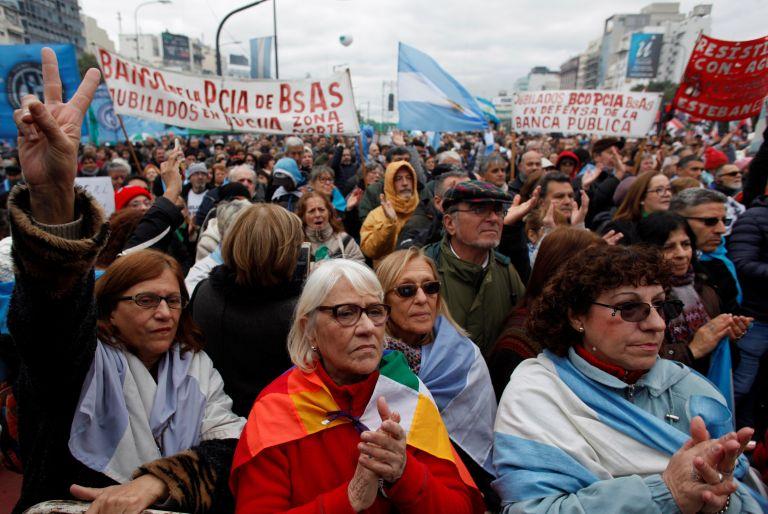 Αργεντινή: Δεκάδες χιλιάδες διαδηλωτές ενάντια στη λιτότητα και το ΔΝΤ   tanea.gr
