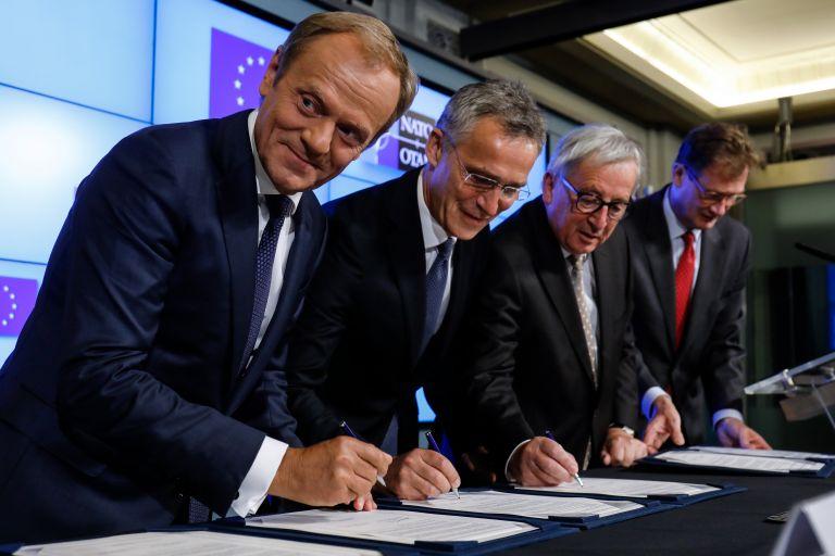 Διακήρυξη για ενίσχυση συνεργασίας υπέγραψαν ΕΕ – ΝΑΤΟ | tanea.gr