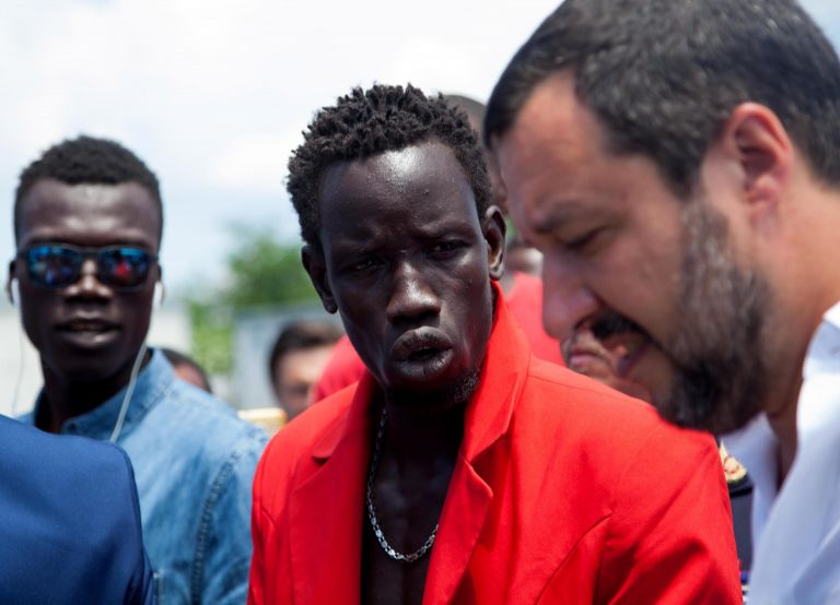 Ιταλία: Αλυσοδέθηκαν διαμαρτυρόμενοι για την πολιτική στο μεταναστευτικό   tanea.gr