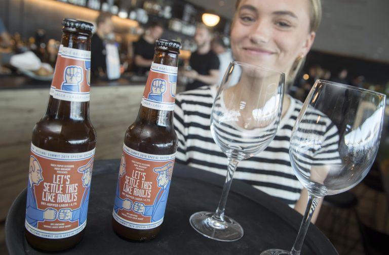 Σαρώνει στη Φινλανδία μια σκούρα μπύρα με τους Πούτιν – Τραμπ στην ετικέτα | tanea.gr