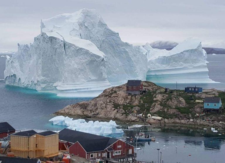 Τεράστιο παγόβουνο απειλεί με τσουνάμι τη Γροιλανδία | tanea.gr