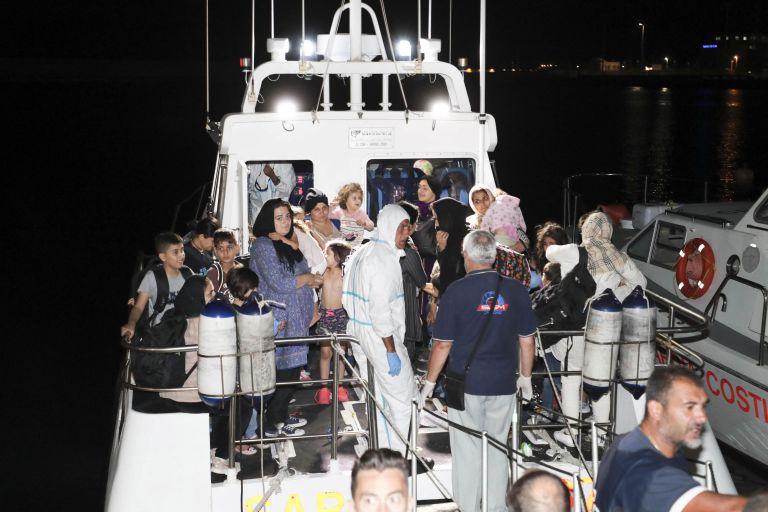 Ιταλία: Σε Μάλτα και Γαλλία 50 από τους διασωθέντες μετανάστες   tanea.gr