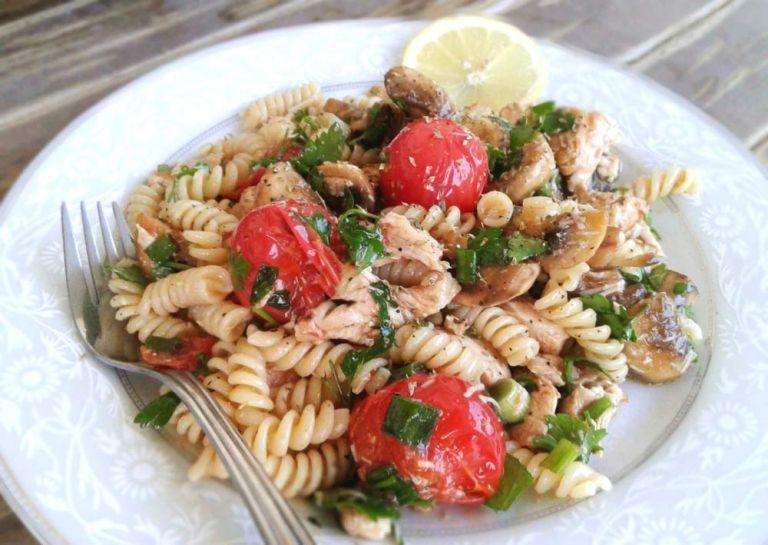 Λαχταριστή μακαρονοσαλάτα με κοτόπουλο, παρμεζάνα και τοματίνια | tanea.gr