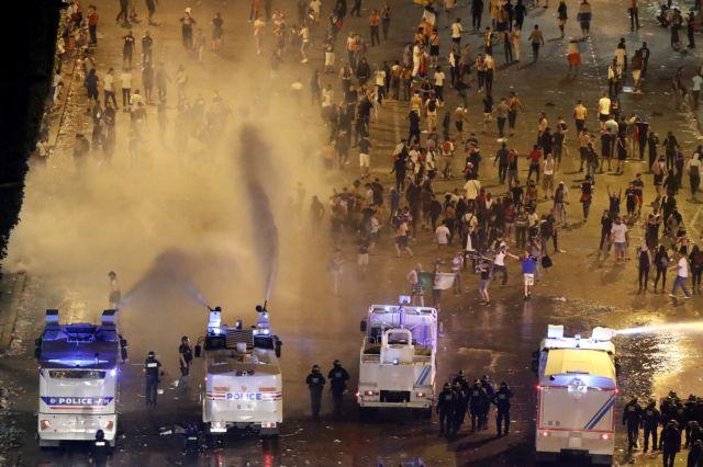 Σε νύχτα χάους μετέτρεψαν τη γιορτή του ποδοσφαίρου στο Παρίσι | tanea.gr