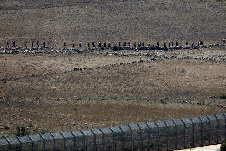 Αμαχοι Σύροι πλησίασαν ισραηλινό μεθοριακό φράκτη | tanea.gr