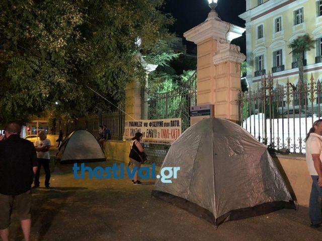 Συμβασιούχοι κατασκήνωσαν έξω από το υπουργείο Μακεδονίας – Θράκης | tanea.gr