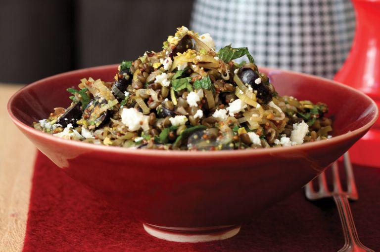 Καλοκαιρινή και πεντανόστιμη σαλάτα με φακές και φέτα | tanea.gr