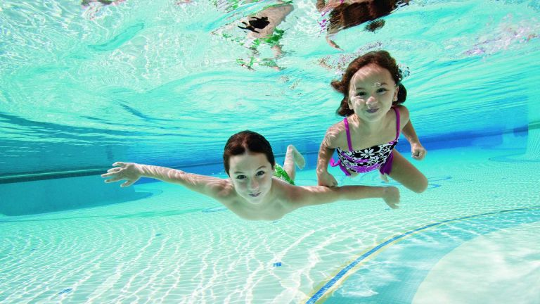 Πισίνα και παιδί: Οι κανόνες ασφαλείας για ξέγνοιαστες βουτιές | tanea.gr