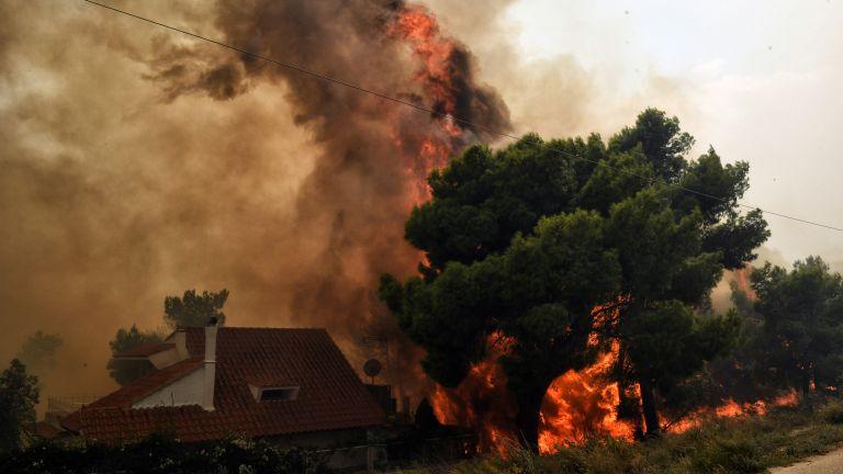 Μαρτυρία : Ο άνθρωπος που «τράβηξε» το σπίτι του να περικυκλώνεται από φλόγες | tanea.gr