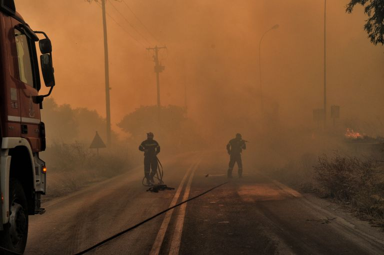 Αναζωπυρώθηκαν και απειλούν ξανά οι φονικές πυρκαγιές   tanea.gr