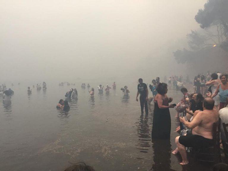 Συγκλονιστικές μαρτυρίες : «Οι φλόγες μας κυνηγούσαν μέχρι το νερό» | tanea.gr