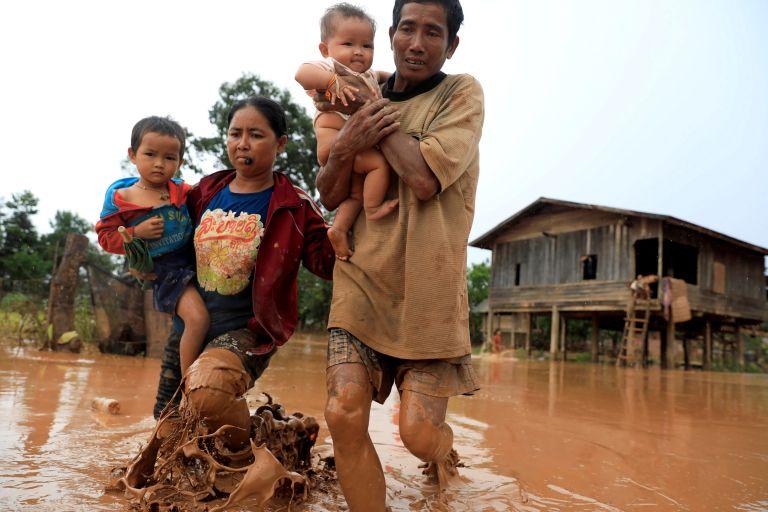 Συγκινεί η διάσωση βρέφους μετά την κατάρρευση φράγματος στο Λάος | tanea.gr